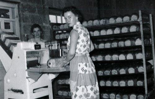 Dame-dans-boulangerie-aot-1958